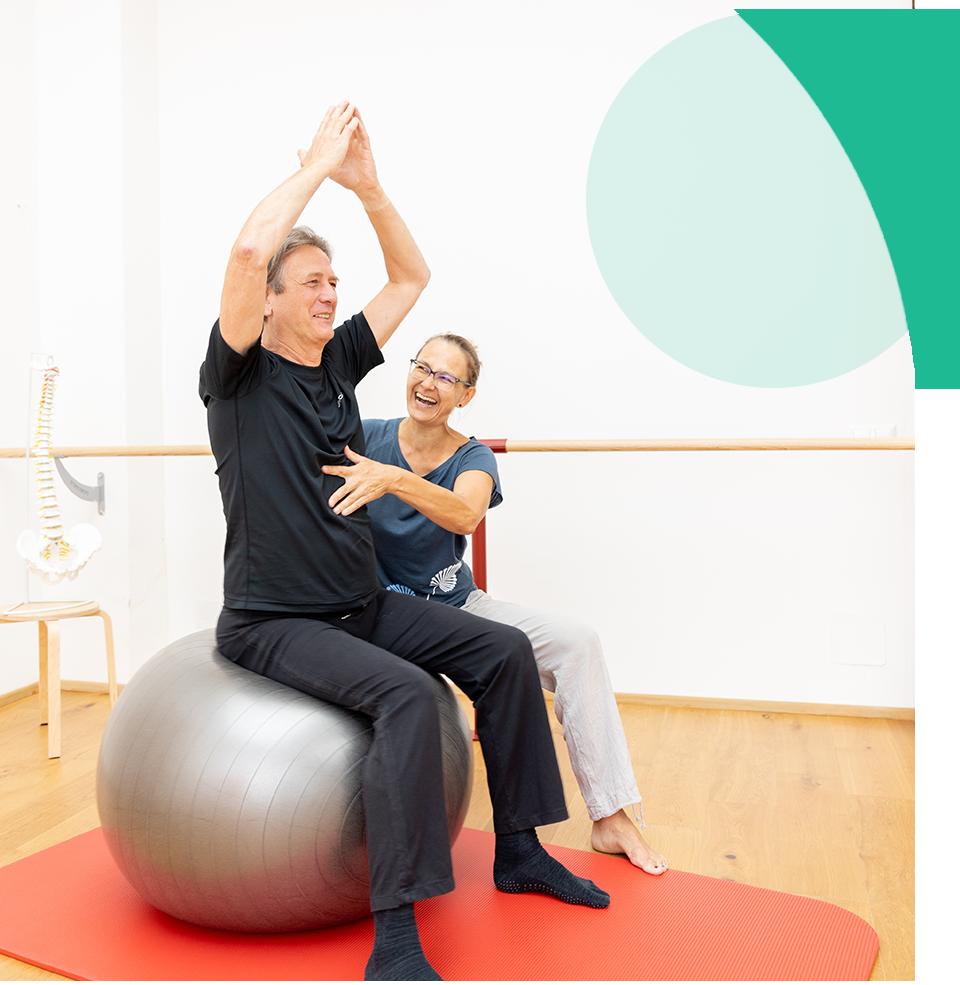 Aufrichtung der Wirbelsäule auf dem Therapieball